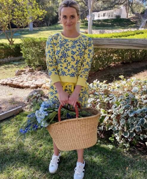 Look champêtre pour Reese Witherspoon, en plein achat de fleurs.