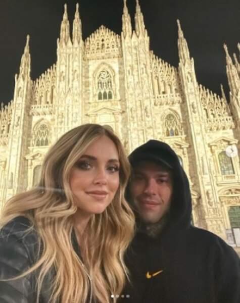 En amoureux devant le Duomo à Milan.