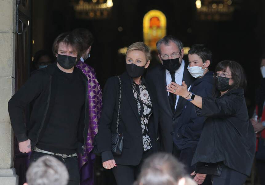 Karin Rénier et ses deux fils Oscar et Jules à l'entrée de l'église