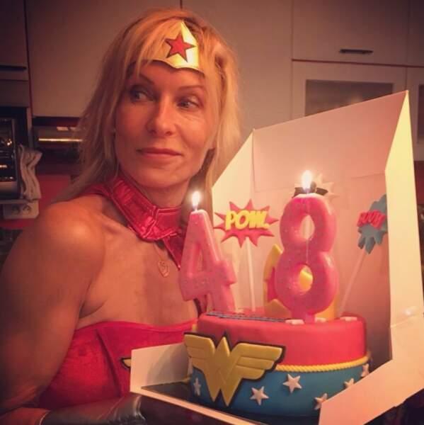 Et Rebecca Hampton s'est mise dans la peau de Wonder Woman pour souffler ses 48 bougies.
