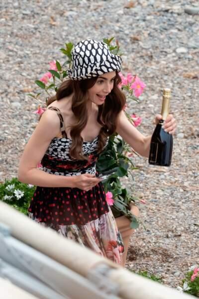 Une chose est sûre : Emily aime toujours autant le champagne dans la saison 2 !