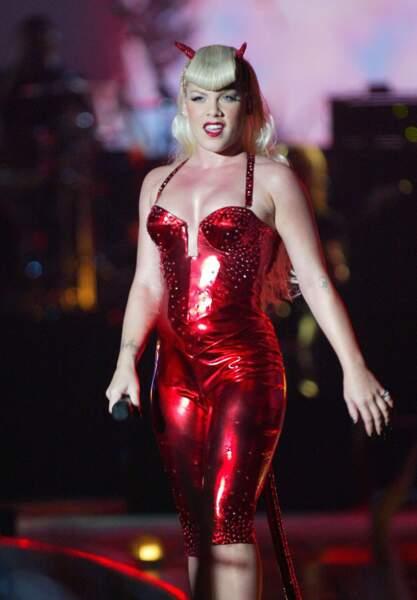 Mais son autre couleur favorite, c'est bien sûr le bon platine. Diablesse en 2003 aux MTV Europe Music Awards à Edimbourg.