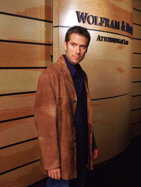 Après avoir échoué dans son rôle de protecteur dans Buffy contre les vampires, Wesley fait son retour dans la série Angel afin d'aider le vampire dans sa quête du bien