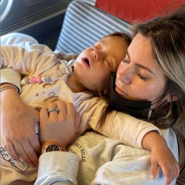 Carla Moreau et Ruby exténuées par leur voyage en train