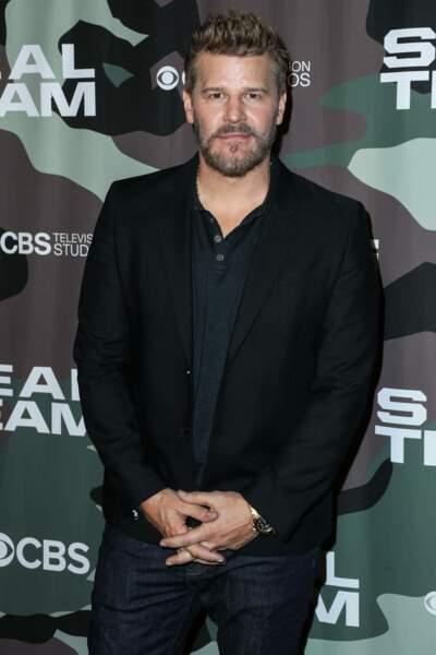C'est David Boreanaz qui s'est glissé dans la peau de ce vampire ténébreux. Après Angel, l'acteur a incarné l'agent Booth dans les 12 saisons de Bones. Il est désormais le héros de sa nouvelle série : Seal Team