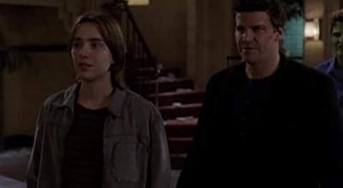 Connor (à gauche), le fils d'Angel, n'aura pas vécu une enfance facile !