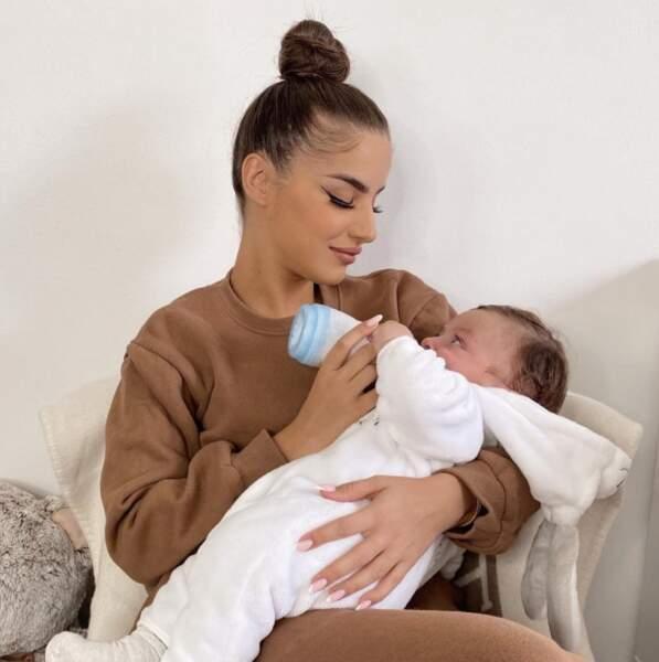 Fini l'allaitement pour Kamila, qui vient de passer au biberon pour son fils Kenan.