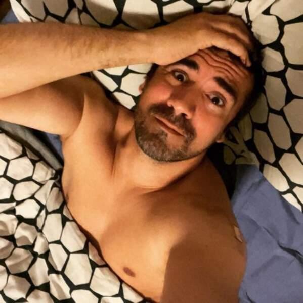 Selfie au lit pour ce coquin d'Alex Goude.