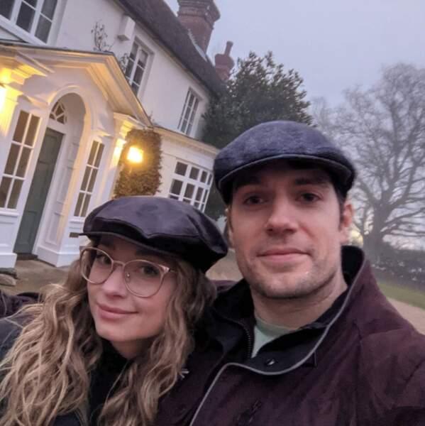 Selfie en béret pour Henry Cavill et sa chérie.