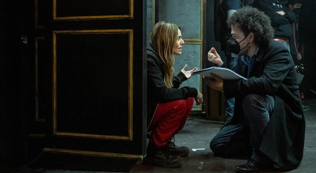 Itziar Ituno, l'interprète de Lisbonne, écoute les précieux conseils du réalisateur pour le tournage d'une de ses scènes