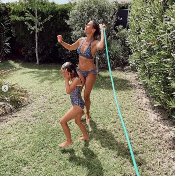 Douche en extérieur pour Sylvie Tellier et sa fille Margaux.