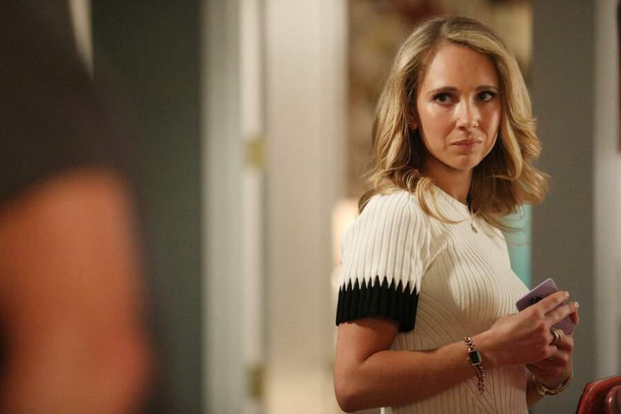 Juno Temple joue le rôle de la fille aînée de Debra Newell,  Jacquelyn Newell. Son nom a été changé dans la série pour celui de Veronica. Juno n'a pas rencontré Jacquelyn lors de la préparation du rôle.
