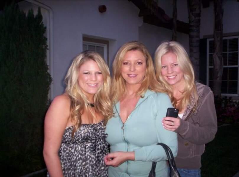 Debra Newell entourée de ses deux filles Jacquelyn (à droite) et Terra (à gauche). Après avoir été éloignée d'elles par John Meehan, Debra est redevenue aussi proche qu'elle l'était de sa famille.