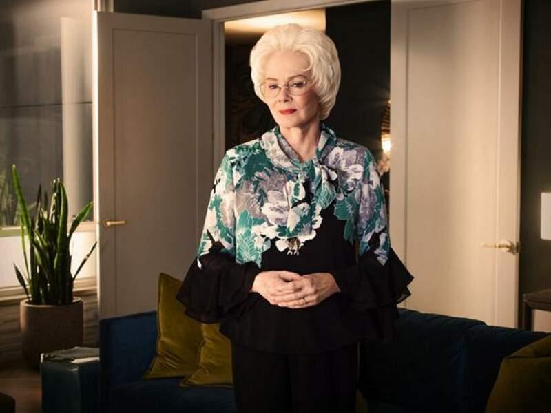 Jean Smart, qui a joué dans 24 et Veep, incarne la mère de Debra Newell, Arlene Hart. Elle a subi une véritable transformation (perruques, lunettes, maquillage) pour interpréter ce rôle.