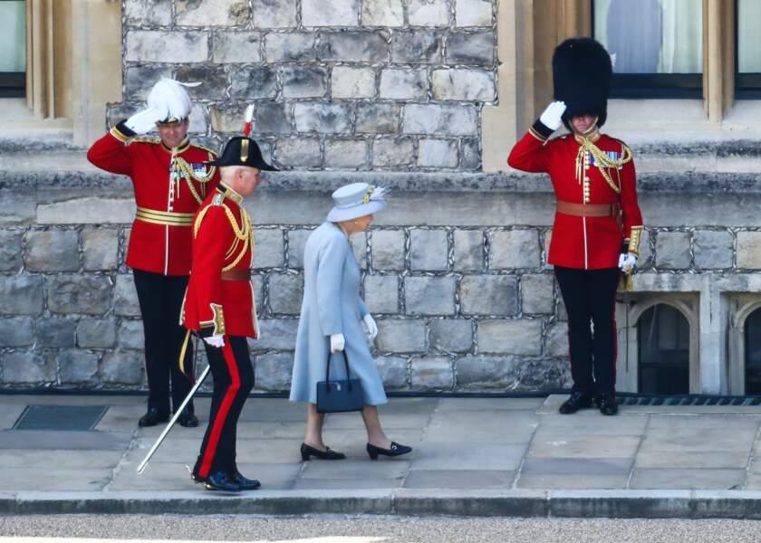 Sur cette photo, on peut voir la reine seule, entourée des gardes royaux.