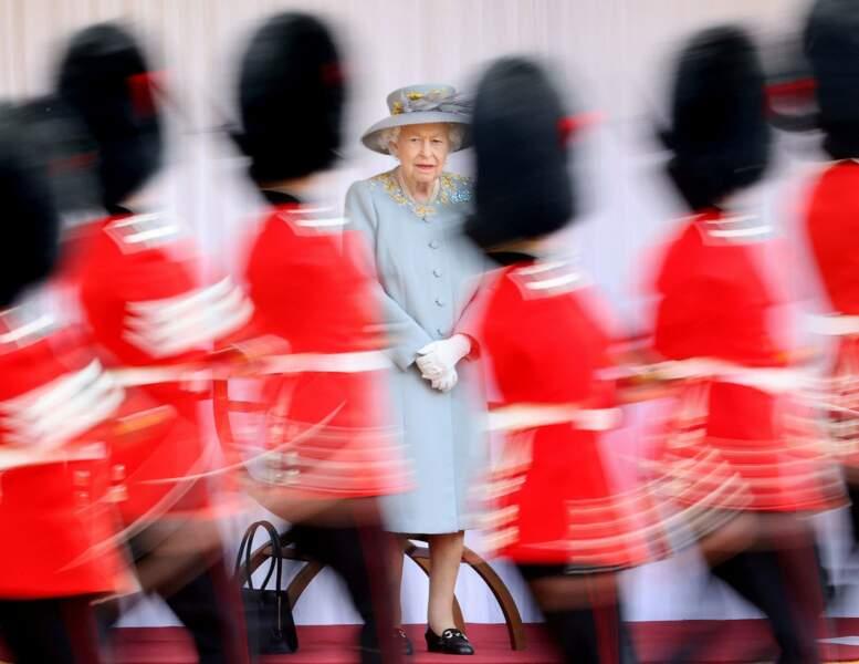 Elizabeth II respecte les contraintes sanitaires, sans pour autant délaisser ses engagements royaux.
