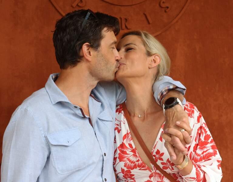 Moment de tendresse devant les photographes pour Élodie Gossuin et son mari Bertrand Lacherie à Roland-Garros, samedi 12 juin