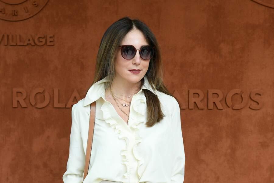 Toujours aussi élégante, Elsa Zylberstein a pris la pose devant les photographes à Roland-Garros, ce samedi 12 juin