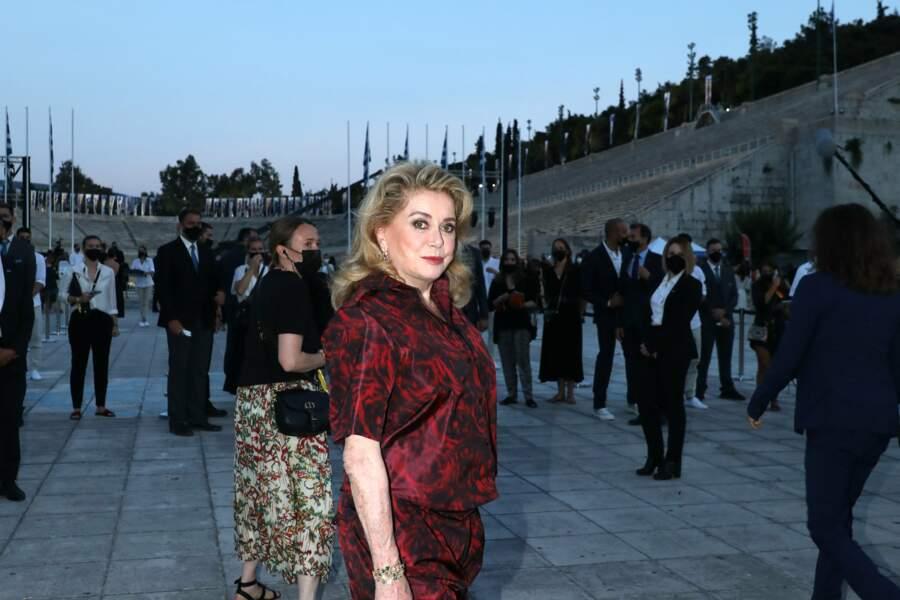 Catherine Deneuve à l'entrée du défilé.