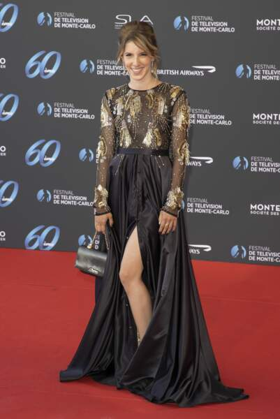 L'actrice Léa François portait une robe de couleur noire et or.