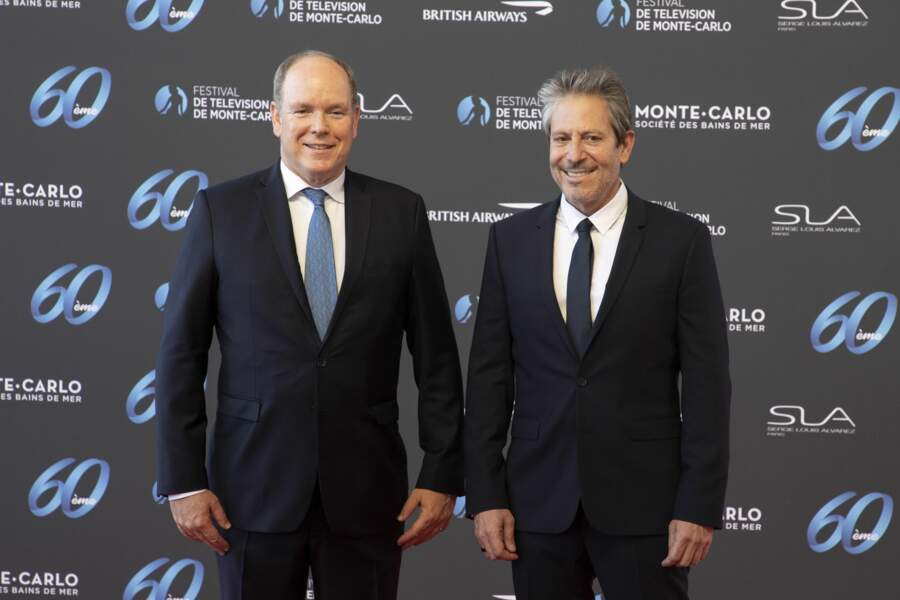 Le Prince Albert II, aux côtés du scénariste Darren Star, lors de la 60e cérémonie d'ouverture du Festival de Monte-Carlo.
