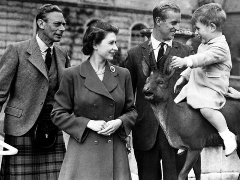 Sur la page Instagram de la famille royale britannique, un cliché en noir et blanc a été publié. Dessus, on peut y voir la reine, aux côtés de son père et du duc d'Édimbourg, qui sourient au jeune Charles.