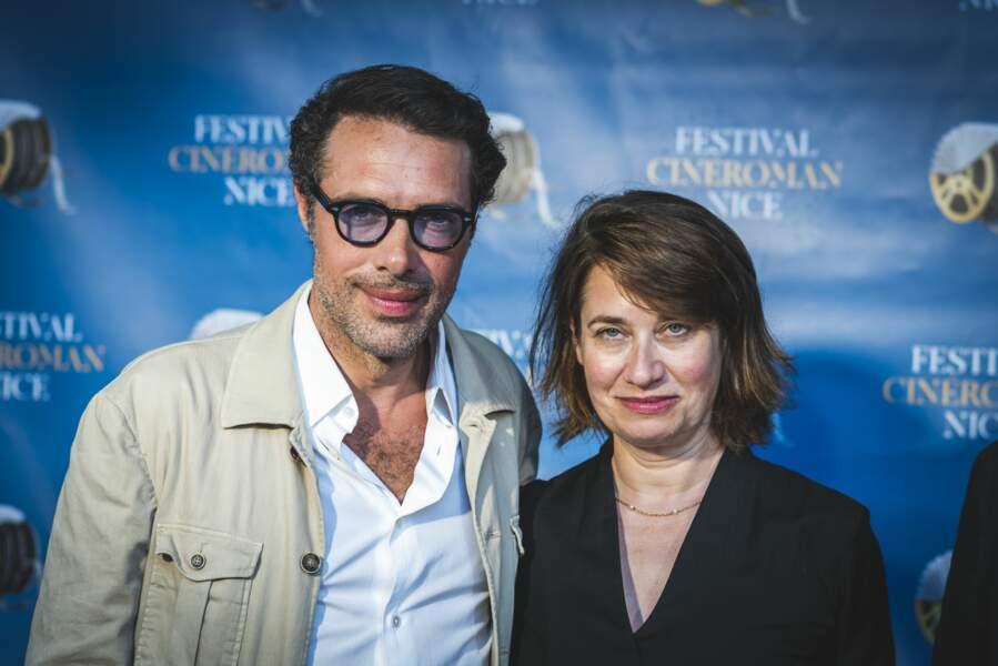 Nicolas Bedos pose aux côtés d'Emmanuelle Devos à Nice