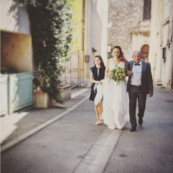 La comédienne Laura Calu a partagé ce cliché de son mariage où elle est au bras de son père.