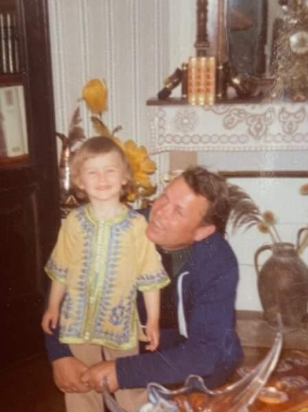 Sébastien Cauet, enfant, aux côtés de son père.