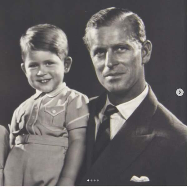 Le Prince Charles a publié cette photo, où il apparaît aux côtés du Prince Philip, son père, pour sa première fête des pères sans lui.