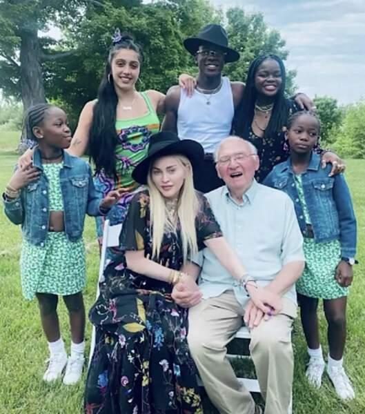 Presque toute la team de Madonna était réunie pour la Fête des Pères avec son papa Silvio.