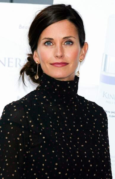 Mais que fait Courteney Cox dans ce diaporama ? Non, ce n'est pas une erreur : elle avait passé l'audition pour le rôle de Rachel mais tenait absolument à jouer Monica, et heureusement non ?