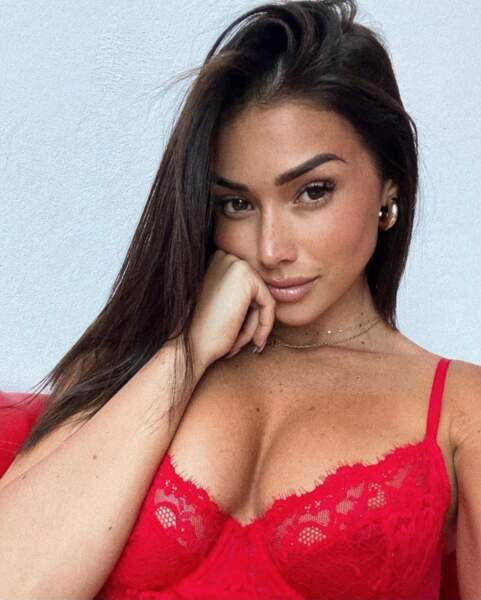 Isabeau sublime en lingerie rouge