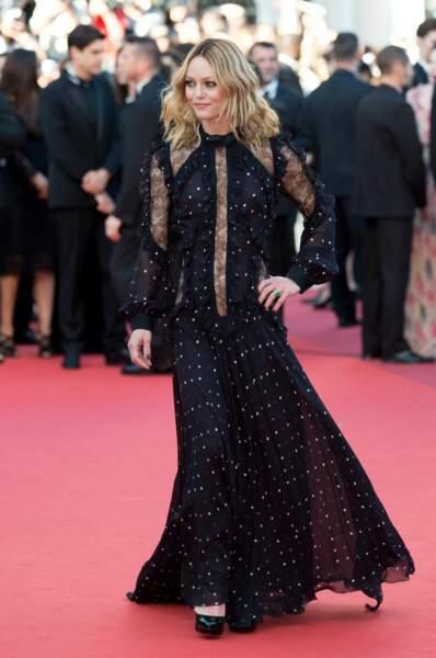 2016. Robe noire élégante pour la présentation de Mal de pierres