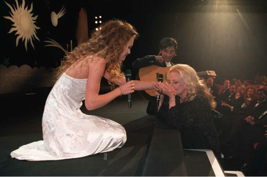 """1995. Moment inoubliable pour sa première à Cannes, lors de la 48e édition : elle chante """"Le tourbillon de la vie"""" pour faire une surprise à Jeanne Moreau, alors présidente du jury"""