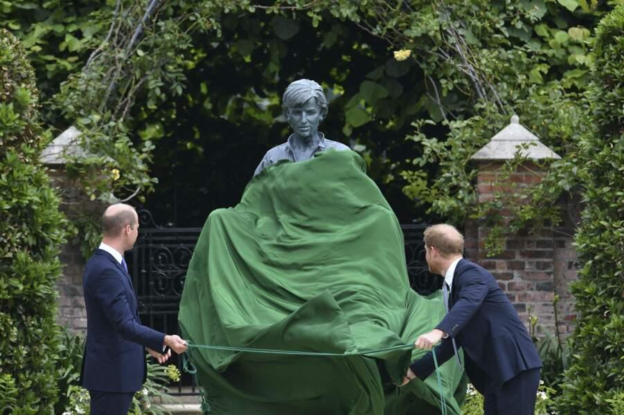Harry et William dévoilent la statue de leur mère