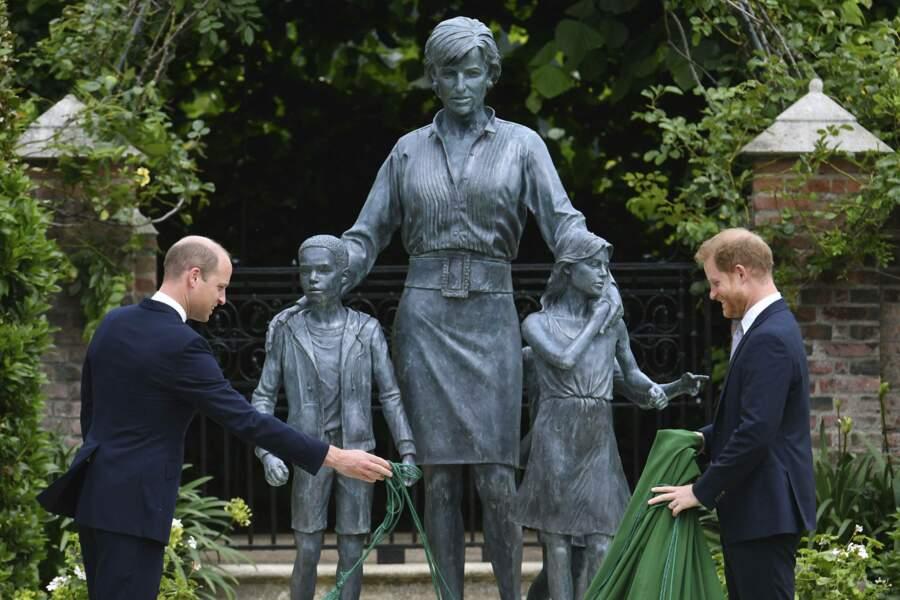 Harry et William découvrent ensemble la statue.