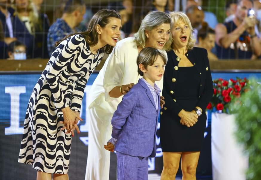 Vêtu d'un costume bleu, le fils de Gad Elmaleh a assisté au concours équestre, étant lui-même fan d'équitation.
