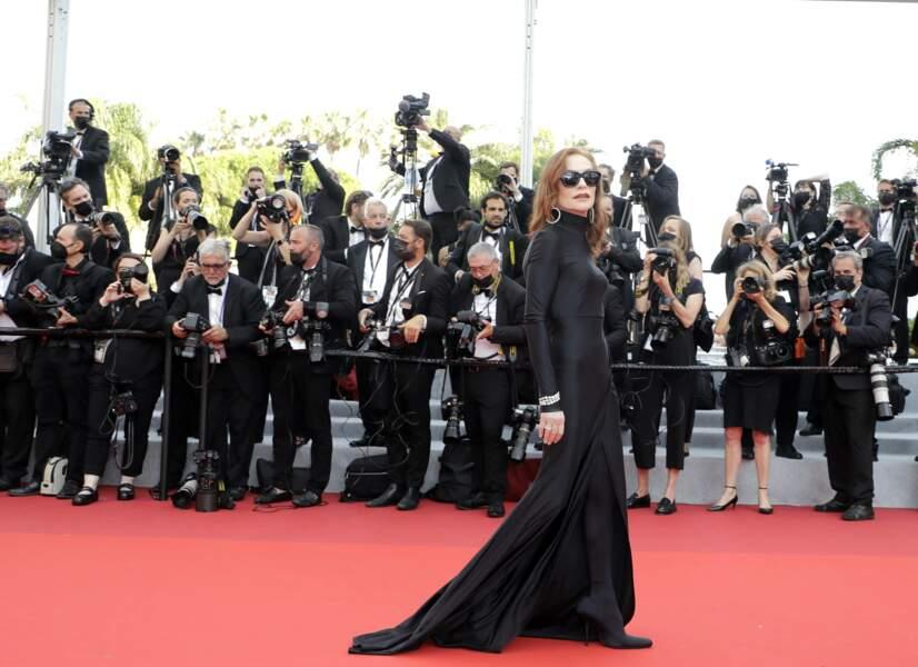 Isabelle Huppert toute de noir vêtue