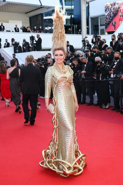 Elena Lenina avec une drôle de coiffure...