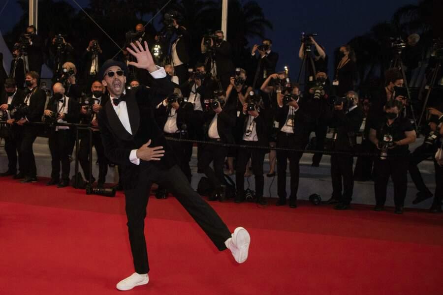 L'artiste JR n'a pas boudé son plaisir devant les photographes à Cannes