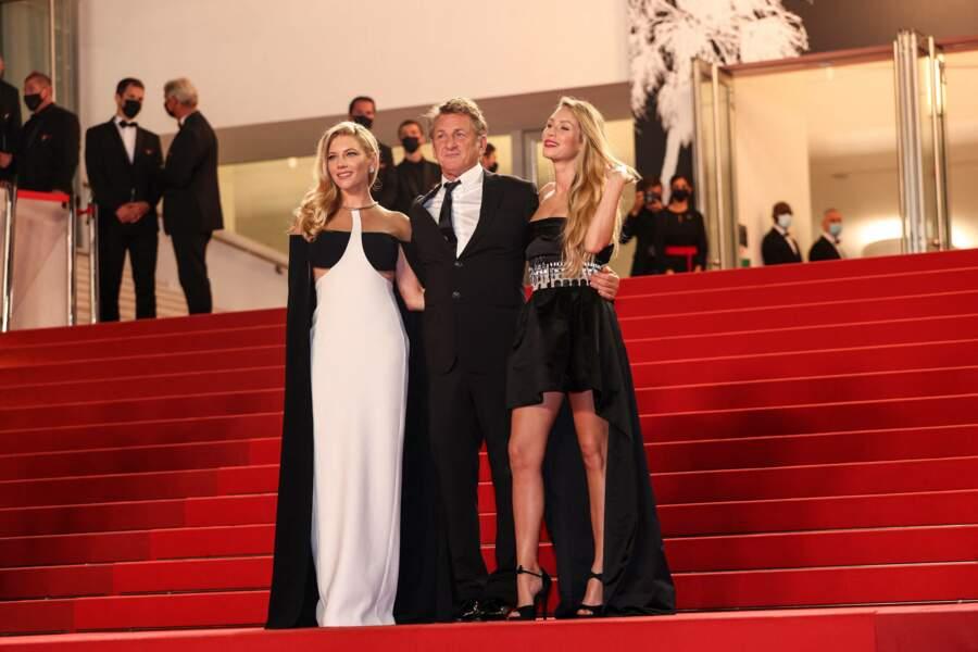 L'acteur Sean Penn et sa fille Dylan sur les marches du Palais des festivals, à Cannes, pour présenter le film Flag Day avec Katheryn Winnick le 10 juillet 2021