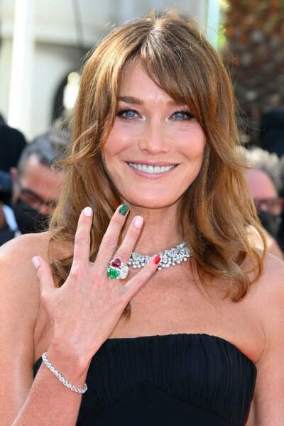 La top model a également assorti ses ongles à une bague verte, blanche et rouge.