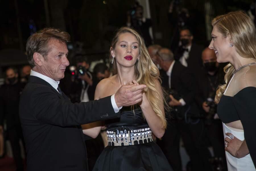 Sean Penn guidant sa fille sur le tapis rouge avant de monter les marches du Palais des Festivals