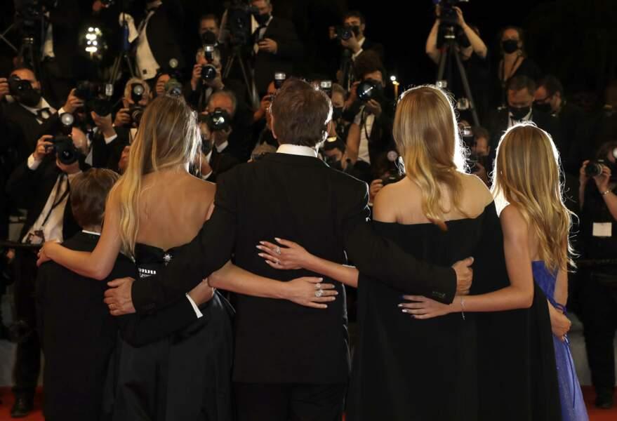 Le casting de Flag Day avec Sean Penn et sa fille Dylan Penn face aux photographes du Festival de Cannes le 10 juillet 2021