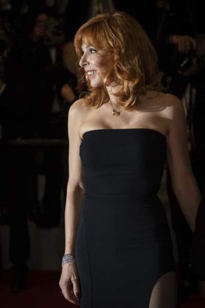 Mylène Farmer, rayonnante en robe noire, prend la pose sur le tapis rouge le 10 juillet 2021