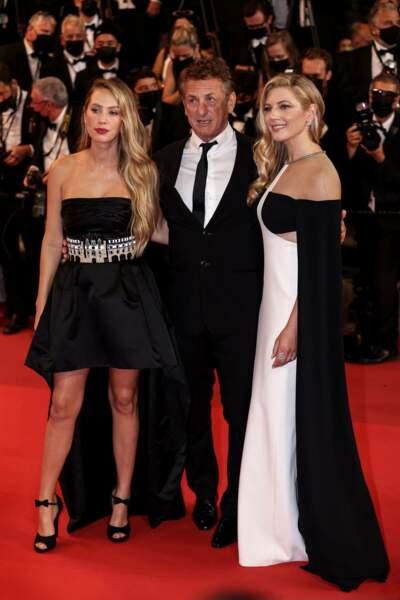 Dylan et Sean Penn avec l'actrice Katheryn Winnick sur le tapis rouge, à Cannes, le 10 juillet 2021