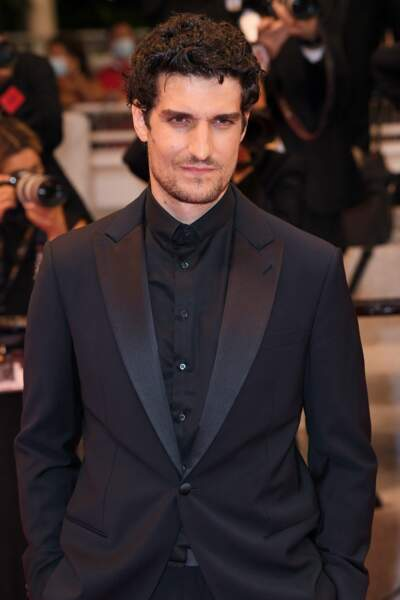 Louis Garrel tout de noire vêtu, comme sa compagne