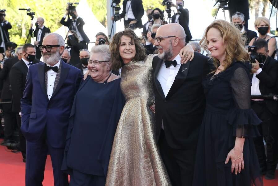 Valérie Lemercier entourée de sa famille dans le film (en partant de la gauche) : Roc LaFortune, Danielle Fichaud, Sylvain Marcel, et Pascale Desrochers