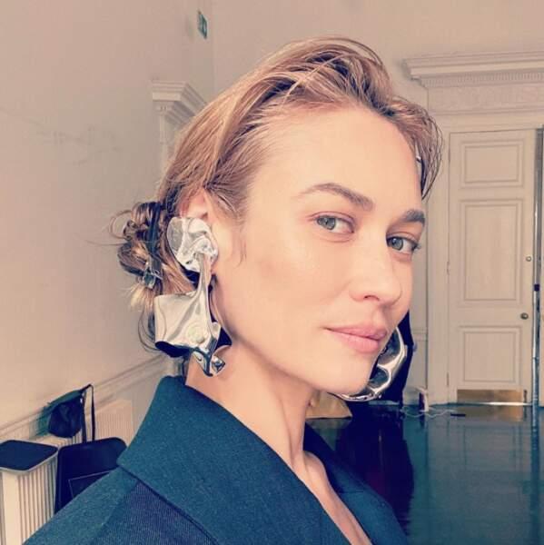 Mais un peu moins les boucles d'oreilles XXL d'Olga Kurylenko.